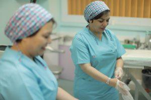 دکتر شایان فر در اتاق عمل